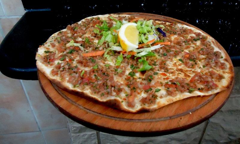 Lamacun là món ăn biến thể từ Pizza để phù hợp với khẩu vị người Thổ Nhĩ Kỳ hơn.