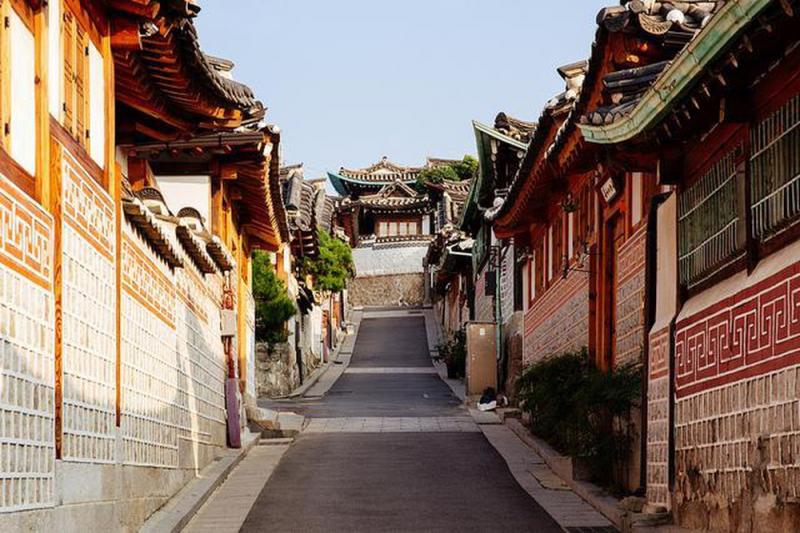 Ngôi làng độc đáo và khác biệt với những con đường hẹp và nhà một tầng truyền thống.