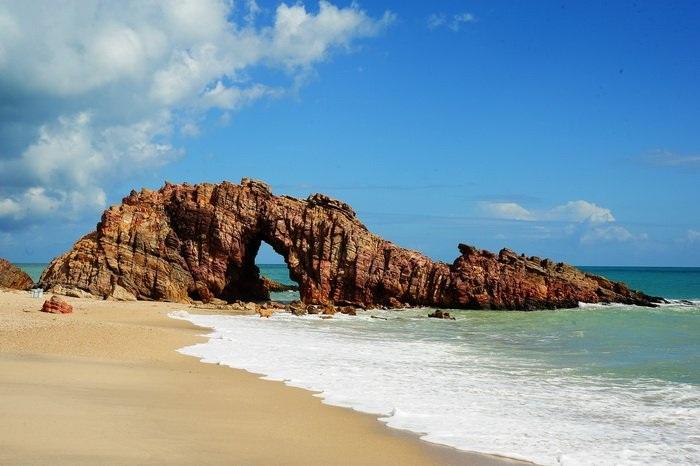Làng chài Jericoacoara được biết tới với những con đường lát cát cùng bãi biển dài hút tầm mắt