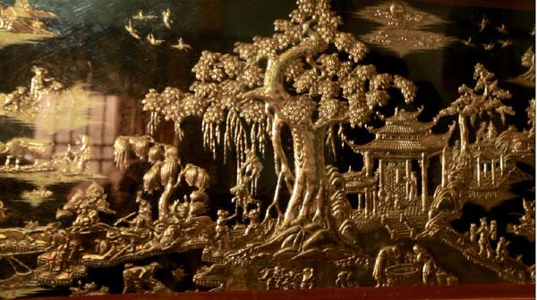 Nghệ nhân chạm bạc tại làng chạm bạc Đồng Xâm