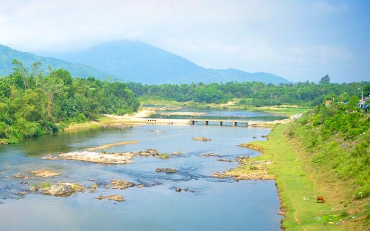 Dòng sông Tiên chảy ngược đầy thơ mộng dấy lên sự đồn thổi về