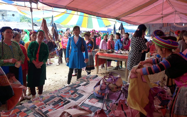 Làng dệt thổ cẩm Lùng Tám - báu vật của người Mông