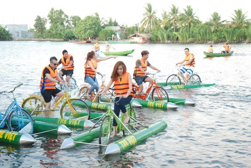 Đi xe đạp nước ở làng du lịch tre Việt