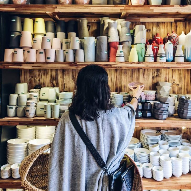 Những sản phẩm gốm sứ nhỏ xinh được bày bán trong các gian hàng ở Bát Tràng