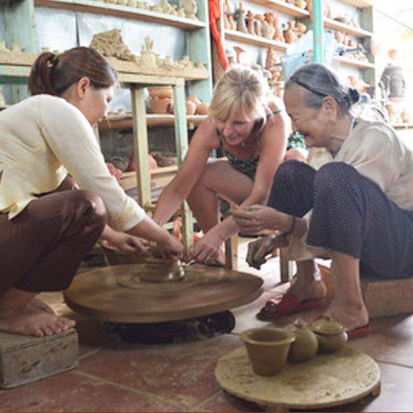 Du khách quốc tế hào hứng học tự làm gốm
