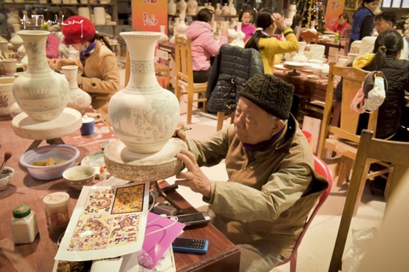 Nghệ nhân làng gốm Chu Đậu