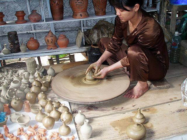 Bạn có thể tự tay làm những đồ gốm cho mình tại Làng gốm Thanh Hà