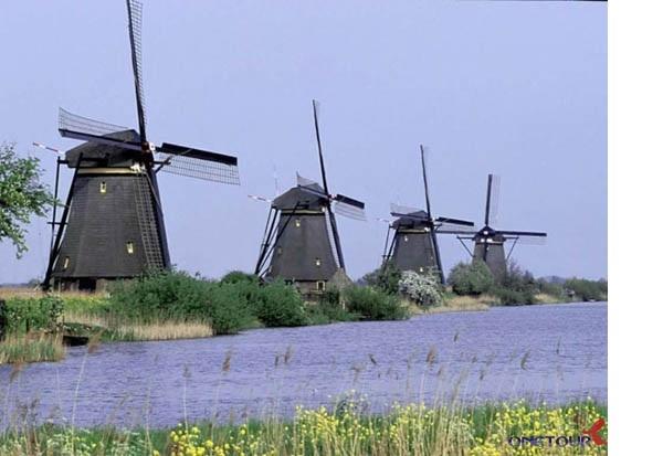 Làng Kinderdijk còn được biết đến là ngôi làng của những chiếc cối xay gió, với 19 chiếc được làm từ năm 1740