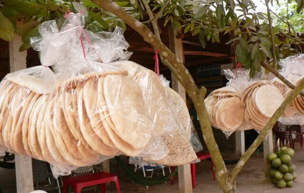 sản phẩm bánh phồng Phú Mỹ đã được nướng chín căng phồng hấp dẫn