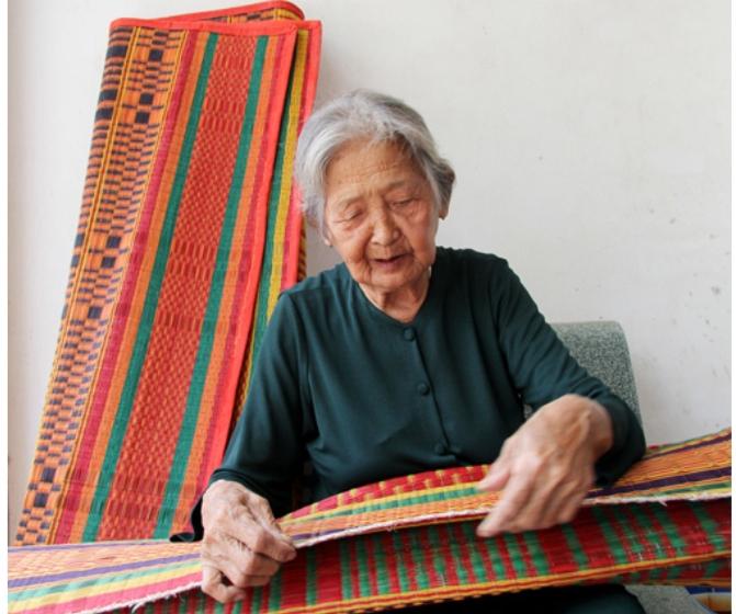 Nghệ nhân làng nghề dệt chiếu ở Cà Hom