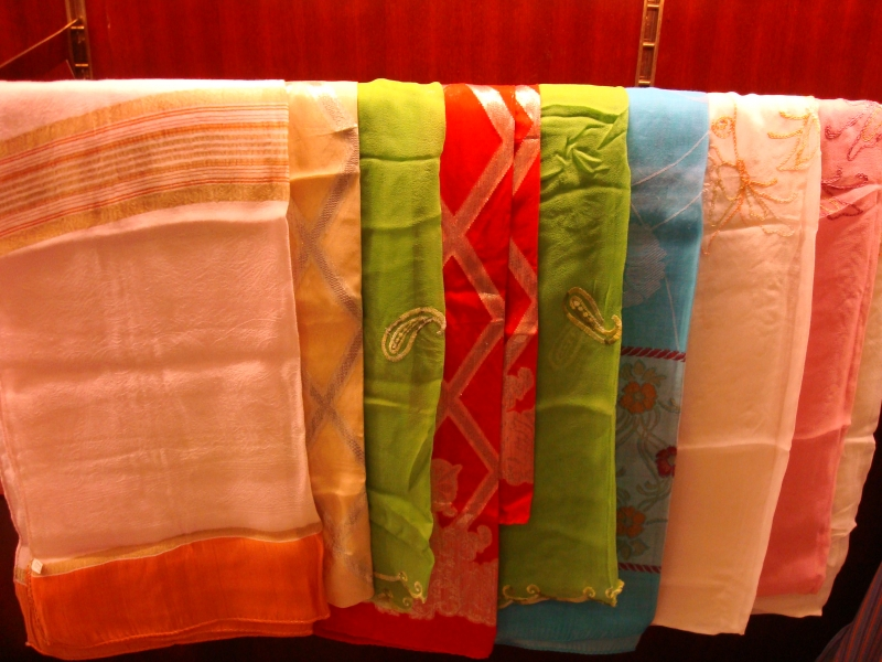 Sản phẩm khăn lụa làng dệt Nha Xá