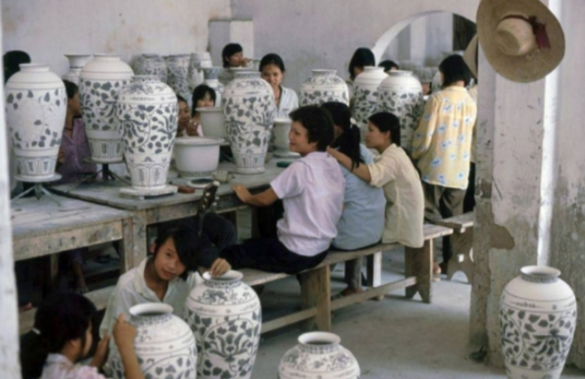 Công đoạn trang trí sản phẩm đồ gốm