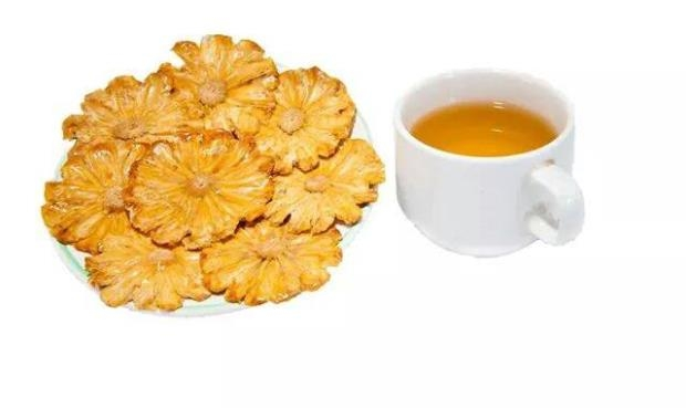 Mứt khóm ngon hơn khi thưởng thức cùng ly trà nóng thơm lừng