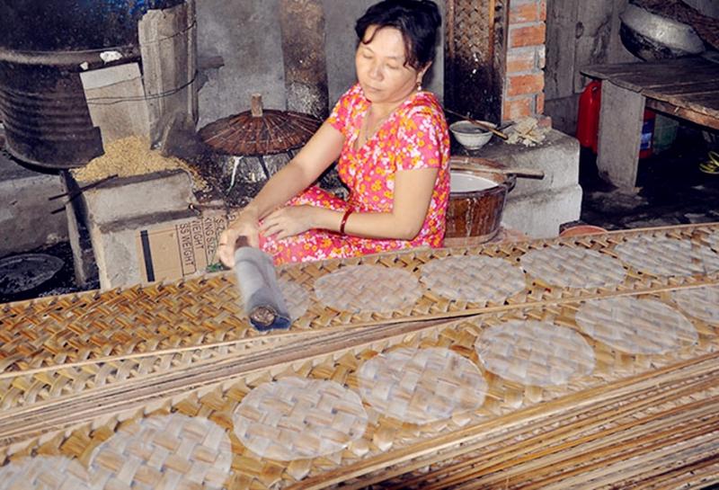Người dân ấp Thạnh Trung, xã Thạnh Hưng đang tráng bánh