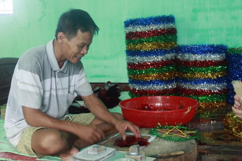 Niềm vui rạng rỡ của ông Nguyễn Văn Căng (thôn Báo Đáp) khi làm đèn