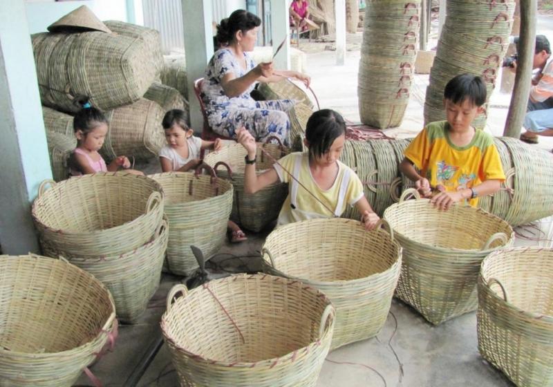 Những đứa trẻ hăng hái giúp cha mẹ cạp viền sản phẩm