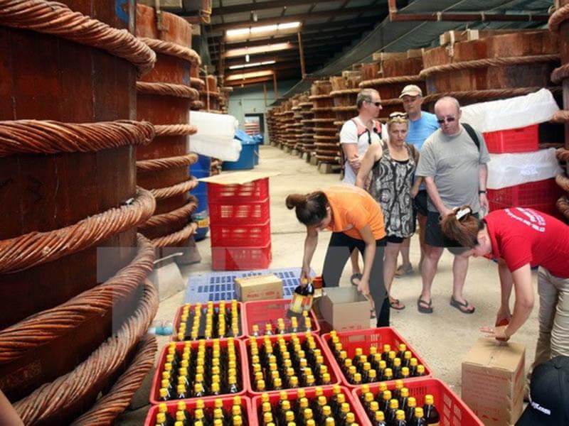 Du khách tham quan nhà thùng nước mắm Phú Quốc