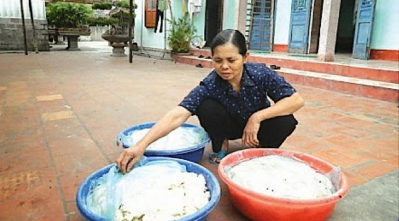 Bà Trịnh Thị Hoàng, xã Xuân Tiến, huyện Xuân Trường kiểm tra cơm ủ trước khi nấu rượu