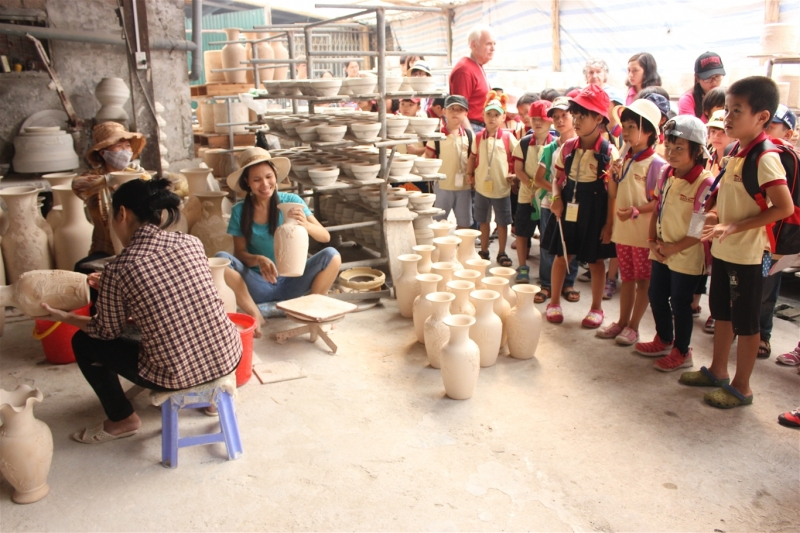 Các bé đi tham quan làng gốm Bát Tràng