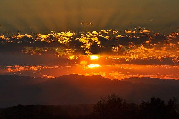 Mặt trời ló rạng chào ngày mới.