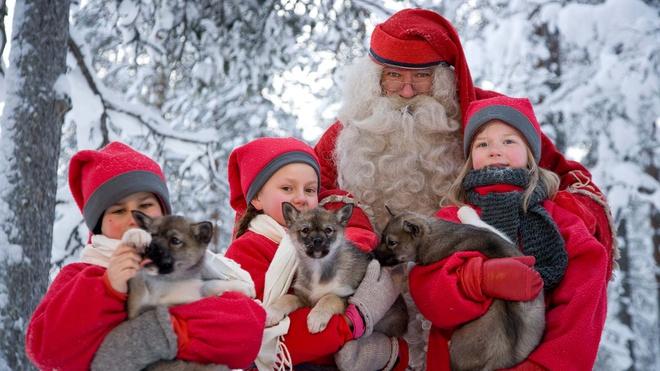 Cuộc gặp gỡ của các em nhỏ với Santa Claus