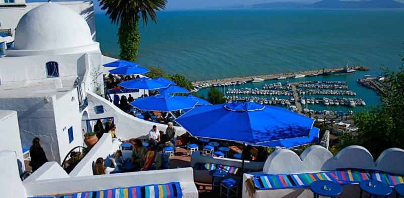 Làng Sidi Bou nổi bật giữa trời xanh
