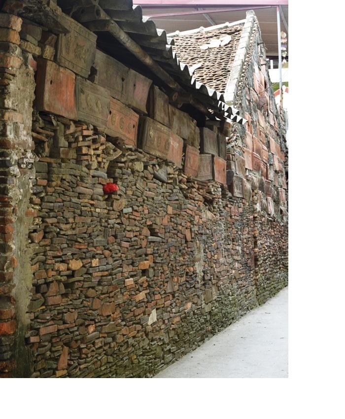 Các bức tường nhà của người dân ở làng Thổ Hà có đến vài ba chục