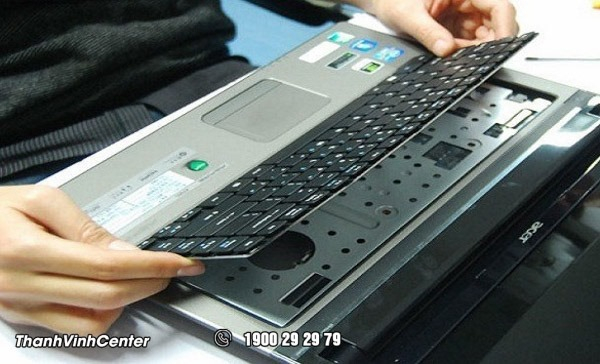 Lật ngược máy tính xách tay và vỗ nhẹ