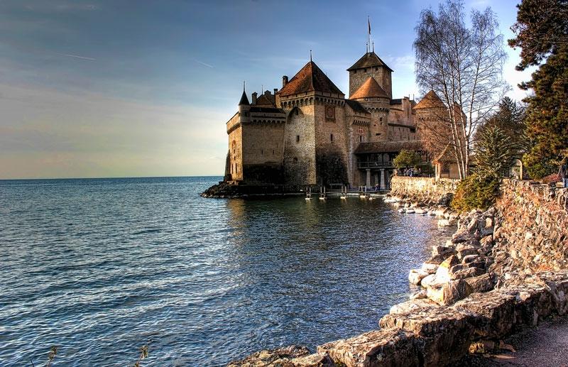 Chillon được mệnh danh là lâu đài nổi tiếng đẹp nhất Thụy Sỹ thu hút rất nhiều khách du lịch đến thăm