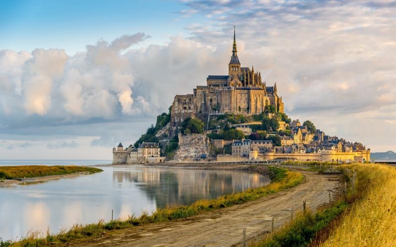Lâu đài Mont Saint-Michel với con đường đất nối dài