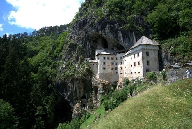 Lâu đài Predjamski - Tòa lâu đài gắn liền với hang động