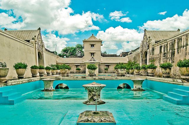 Lâu đài Taman Sari là một khu vườn Hoàng gia được xây dựng vào giữa thế kỉ 18