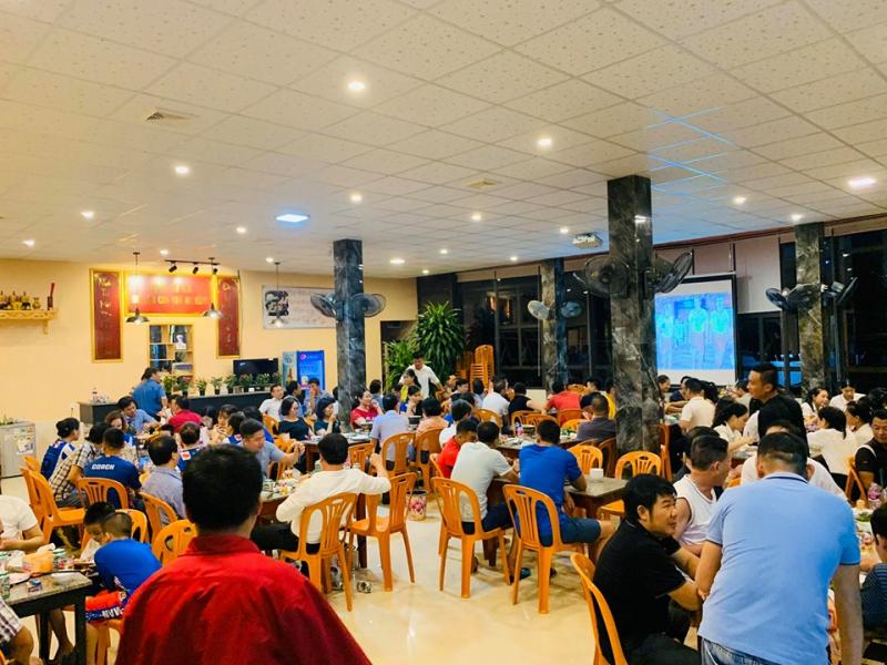 Thực khách ủng hộ nhà hàng rất đông