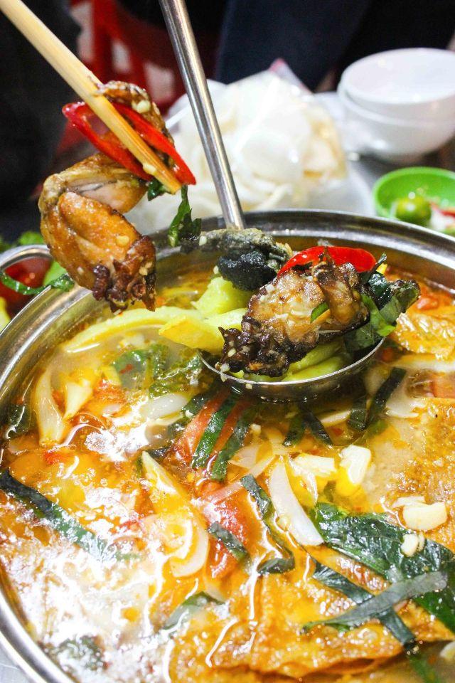 lẩu ếch được chế biến bởi bàn tay của vị đầu bếp đã có hơn 30 năm kinh nghiệm