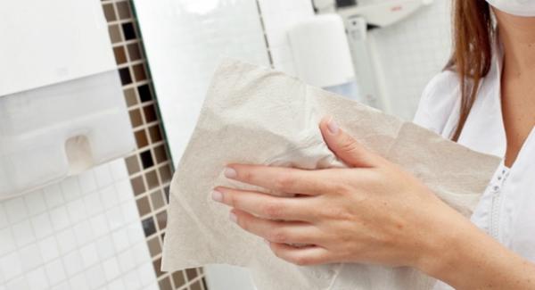 Lau khô tay bằng giấy ăn