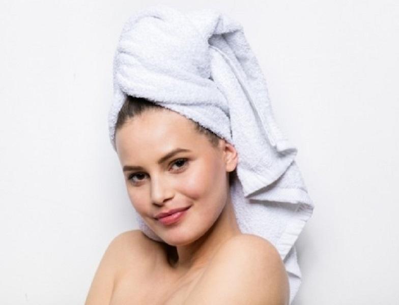 Lau khô tóc với khăn lông