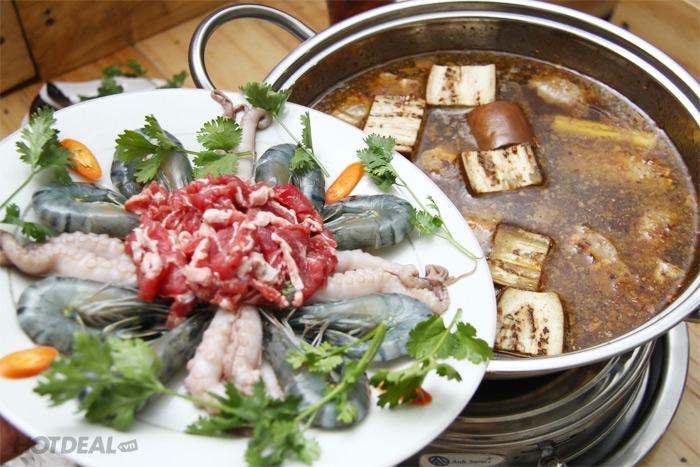 Món lẩu mắm với nhiều thành phần, gia vị trông rất bắt mắt, ngon miệng