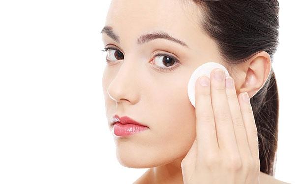 Rửa mặt hàng ngày bằng nước hoa hồng để vừa làm sạch vừa dưỡng da