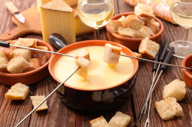 Lẩu phô mai được ăn kèm với đa dạng món ăn như bánh mì cắt miếng nhỏ, gà chiên, khoai tây chiên, dăm bông…