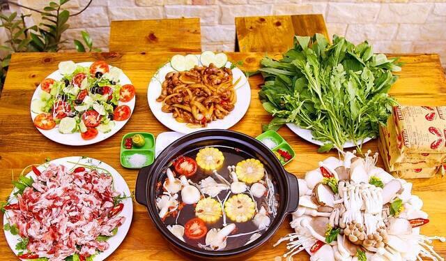 Mội bàn lẩu ở quán Sơn Sang.