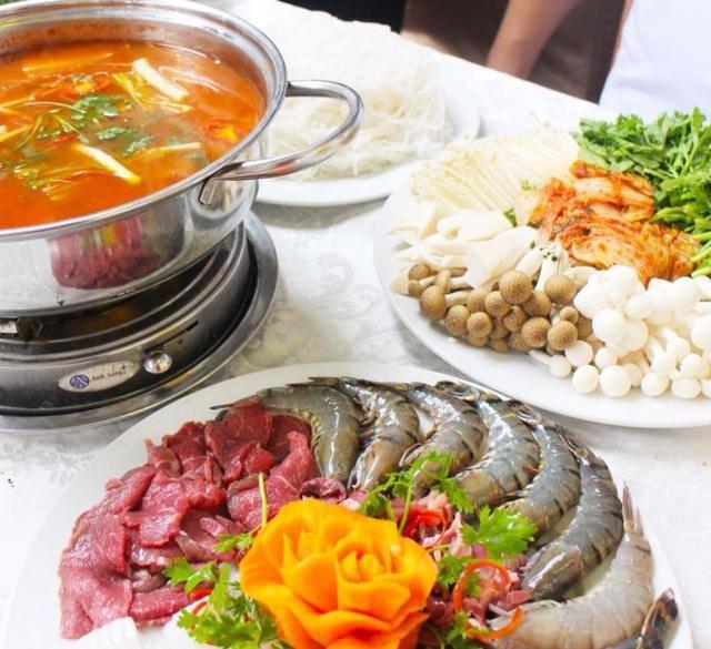 Món nổi tiếng nhất tại đây chính là món lẩu Thái với nước dùng siêu ngon, chua chua cay cay hoà quyện cùng nguyên liệu tươi sống được chuẩn bị và chế biến kỹ lưỡng