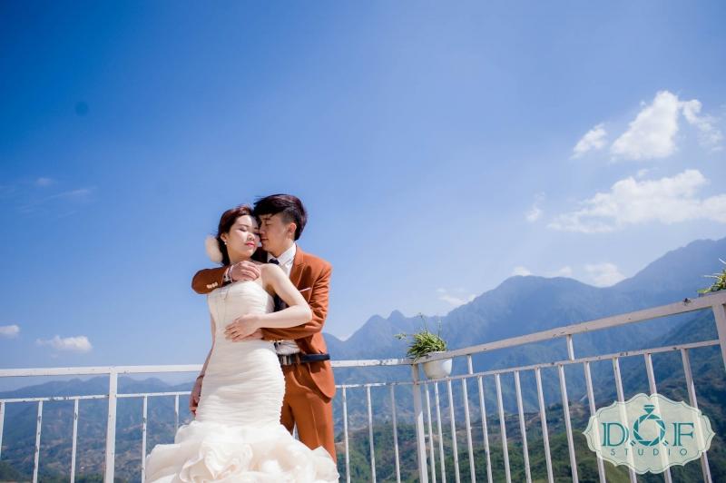 Ảnh cưới cô dâu, chú rể thân mật bên nhau trên Lầu Vọng Cảnh
