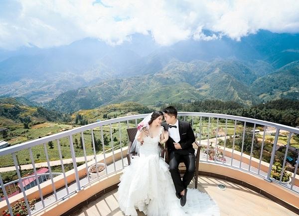Ảnh cưới của đôi bạn trẻ vào buổi sớm mai trên Lầu Vọng Cảnh