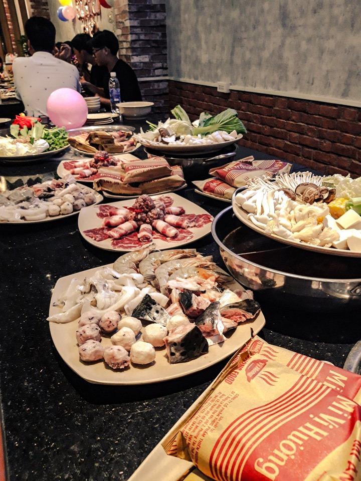 Các món ăn chủ yếu là thịt bò và trong đó có món dẻ sườn bò rất ngon và được tẩm ướp khéo léo, các món khách cũng được đầu bếp ở đây chế biến khá ngon, từ món nướng đến món lẩu