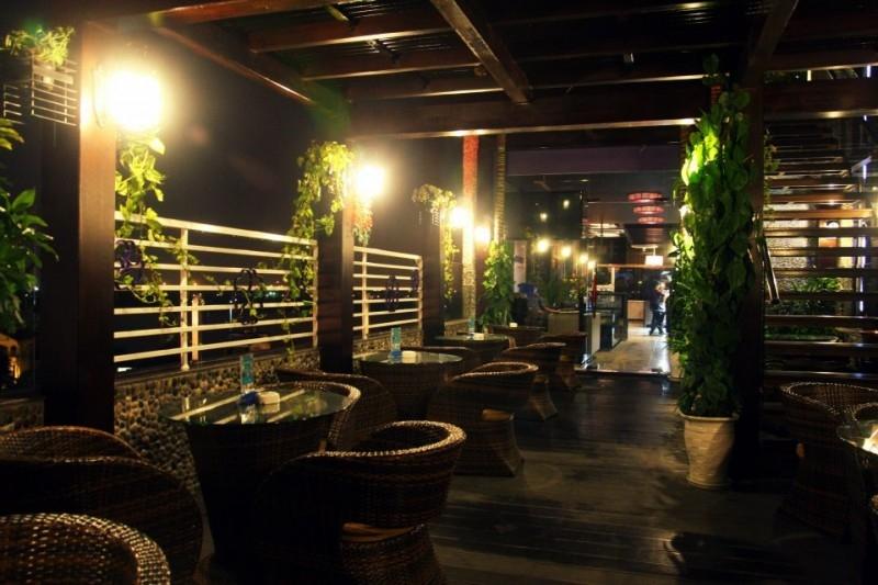 Khung cảnh vào ban đêm của quán Lavender Garden
