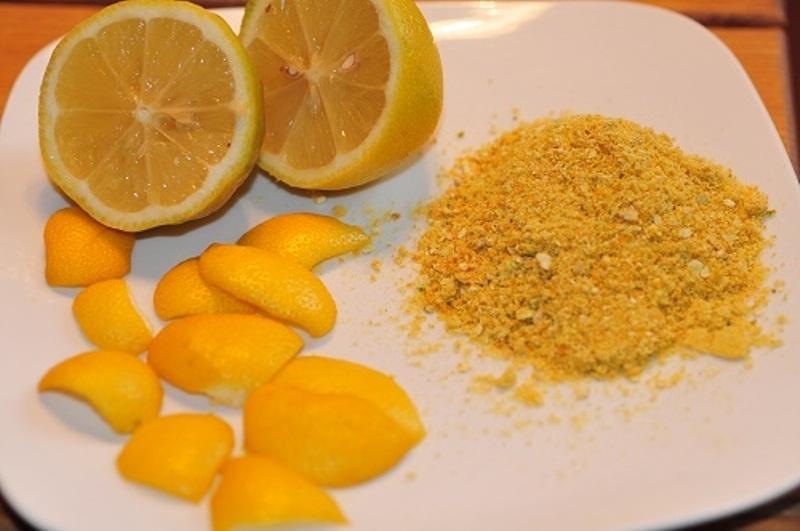Vỏ cam phơi khô tán thành bột trộn cùng kem đánh răng giúp loại bỏ cao răng