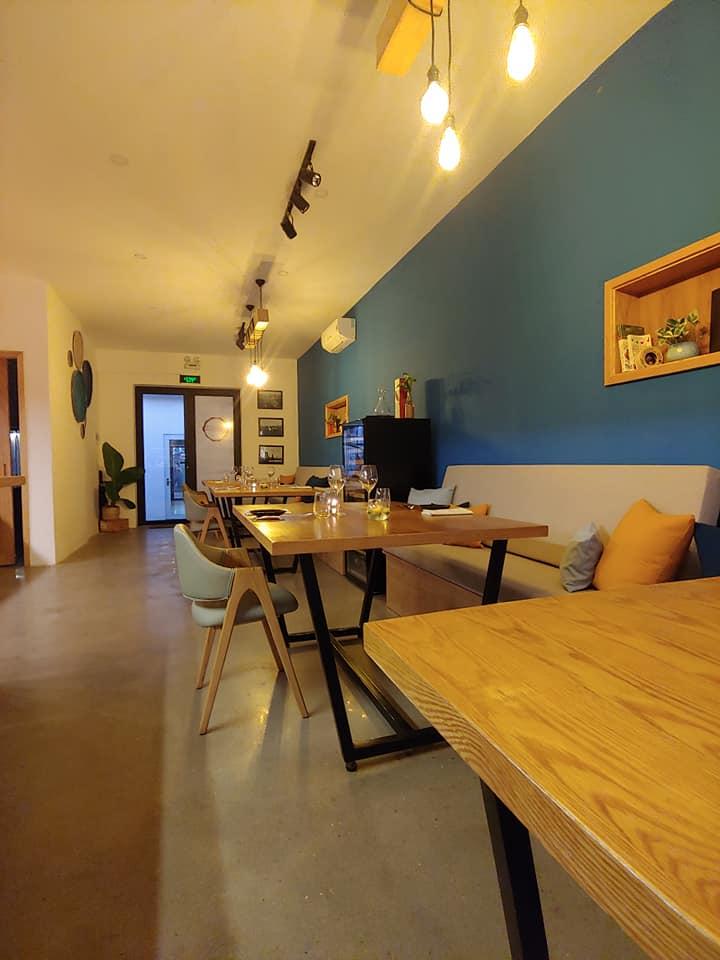 Không gian ấm cúng, đơn giản phía trong nhà hàng