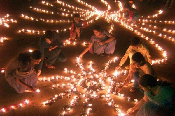 Những chiếc đèn bằng đất sét Diyas được thắp sáng tạo thành một lễ hội ánh sáng rực rỡ