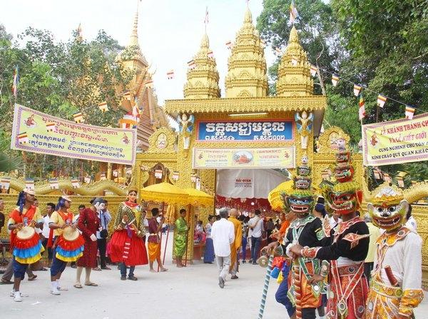 Chôl Chnam Thmây còn được biết là lễ hội mừng năm mới của đồng bào dân tộc Khmer