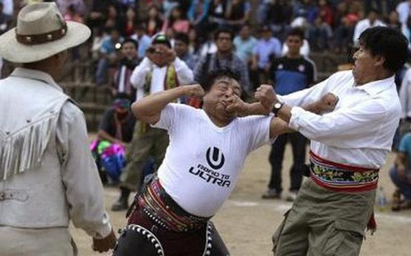 Lễ hội đánh nhau chào năm mới ở Peru